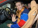 Valentino Rossi fa ciao ciao dalla Ferrari