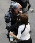 Una donna soccorre un poliziotto serbo