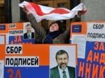 Una manifestante bielorussa con la bandiera vietata