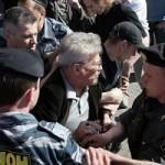 Uno dei tanti arresti di Eduard Limonov