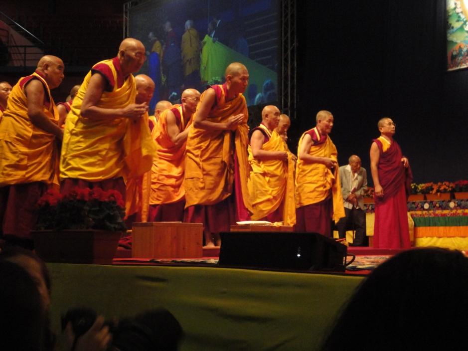 I monaci salutano il Dalai Lama