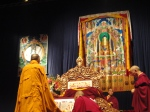 Il Dalai Lama davanti al Budda