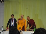 Il Dalai Lama saluta la stampa