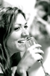 Tania beve e sorride