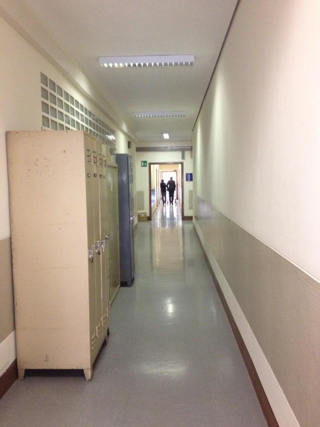 Ezio, già malato, nei corridoi della Rai di Milano