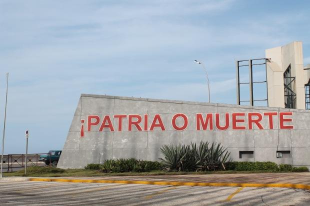 Scritte davanti all'Ambasciata americana a Cuba