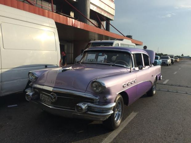 Una vecchia Buick viola come taxi
